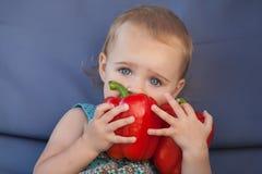 吃有机辣椒粉的小女孩 免版税库存照片