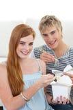 吃朋友意大利面食的夫妇 库存图片