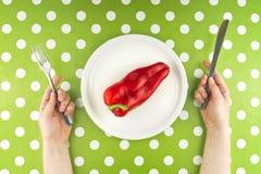 吃未加工的红辣椒,顶视图的妇女 免版税库存图片