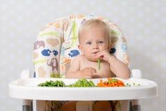 吃未加工的食物的女婴 库存图片