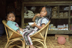 吃杂货的小组画象菲律宾女孩 免版税库存图片