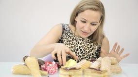 吃杯形蛋糕高兴地的少妇在饮食以后 影视素材