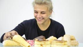 吃杯形蛋糕高兴地的少妇在饮食以后 股票录像