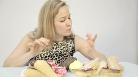 吃杯形蛋糕高兴地的少妇在饮食以后 股票视频