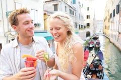 吃果子快餐的夫妇在威尼斯 库存照片