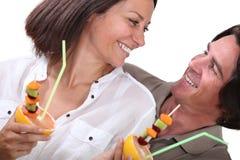 吃果子的夫妇 免版税图库摄影