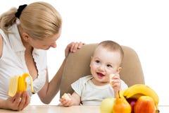 吃果子的男婴 免版税图库摄影