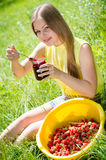 吃果酱的年轻愉快的微笑的俏丽的妇女 免版税库存照片