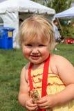 吃格兰诺拉麦片棒的女孩 免版税库存图片