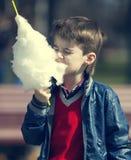吃棉花糖的孩子 免版税库存照片