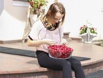 吃樱桃的女孩 免版税图库摄影