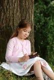 吃樱桃的小女孩 图库摄影