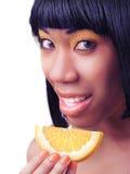 吃橙色妇女 免版税库存照片