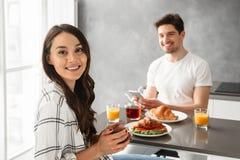 吃欢悦男人和的妇女30s Portait早餐或晚餐我 免版税库存图片