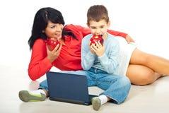 吃母亲儿子的苹果 免版税库存照片