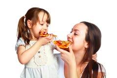 吃母亲薄饼的女儿 免版税图库摄影