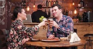吃比萨和喝啤酒的白种人夫妇 影视素材
