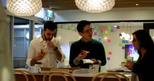 吃比萨的商业主管在办公室自助食堂4k 影视素材
