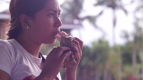 吃汉堡包的年轻俏丽的夫人 股票视频