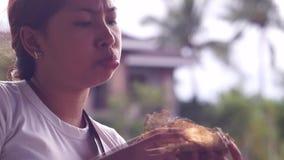吃汉堡包的年轻俏丽的夫人 股票录像