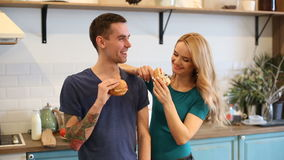 吃汉堡包的男人和妇女 股票视频