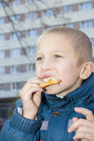 吃汉堡包的画象 图库摄影