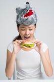 吃汉堡包 库存照片