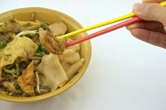 吃汤与油煎的豆腐的白米面条 免版税图库摄影