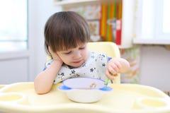 吃汤的可爱的小男孩 免版税库存照片