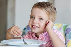 吃汤的愉快的小男孩 库存图片