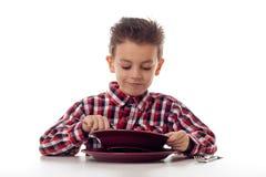 吃汤的愉快的男孩 免版税库存照片
