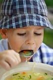吃汤的男孩 免版税图库摄影