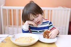吃汤的男孩 免版税库存图片