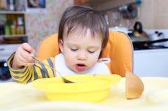 吃汤的16个月的婴孩年龄 免版税库存图片