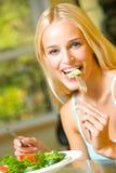 吃沙拉妇女 图库摄影