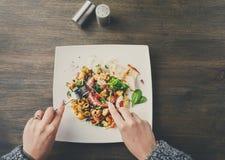 吃沙拉有章鱼和菜顶视图 免版税库存图片