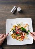 吃沙拉有章鱼和菜顶视图 免版税图库摄影