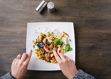 吃沙拉有章鱼和菜顶视图 库存照片