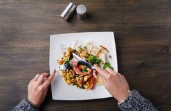 吃沙拉有章鱼和菜顶视图 免版税库存照片