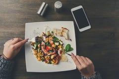 吃沙拉用章鱼和菜pov 免版税库存照片