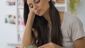 吃沙拉的哀伤的女孩,不用胃口,无积极性,菜饮食,在家乏味 股票视频