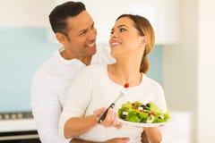 吃沙拉的夫妇 免版税图库摄影