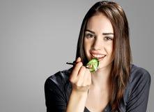 吃沙拉的少妇 库存照片