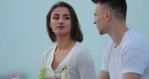 吃沙拉的年轻夫妇坐在城市堤防 股票视频