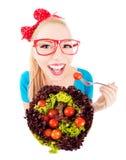 吃沙拉的快乐的滑稽的女孩 库存图片