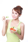 吃沙拉的有吸引力的妇女微笑 库存照片