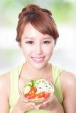 吃沙拉的有吸引力的妇女微笑 库存图片