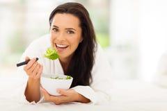 吃沙拉的素食主义者 免版税库存照片