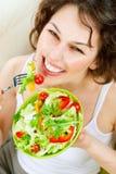 吃沙拉蔬菜妇女 免版税库存照片