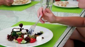 吃沙拉,在咖啡馆的一顿膳食的妇女 股票录像